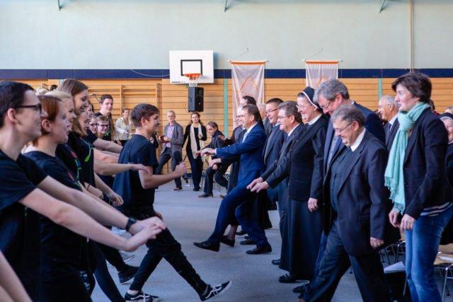 Die angehenden Physiotherapeuten inspirierten die Festgemeinde beim Festakt zum 50-jährigen Bestehen der Bergschule zu einer Massenbewegung. (Foto: SMMP/Beer)