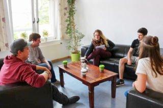 Lucas Schmidt und Toni Fiedler wollen das Selbstlernzentrum noch gemütlicher machen. Es wird bereits rege von den Schülerinnen und Schülern genutzt. Foto: KBBS/SMMP